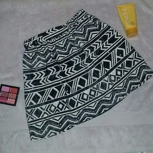 NWOT Black and White patterned skirt size XS